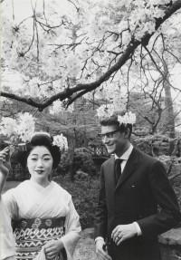 Yves Saint Laurent en compagnie d'une courtisane habillée en vêtements traditionnels lors de son premier voyage au Japon, Kyoto, avril 1963.