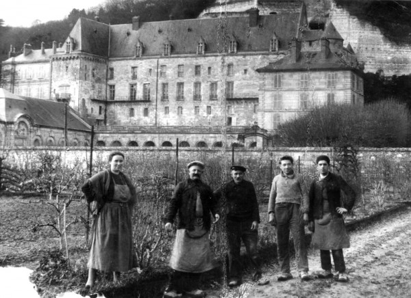 Famille Palmantier dans le jardin de La Roche-Guyon, aux environs de 1930.