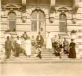 Madame Jérardin et les blessés de l'hôpital de Gouvieux dans le jardin de la Volière du château de Chantilly. Anonyme, juillet 1915.