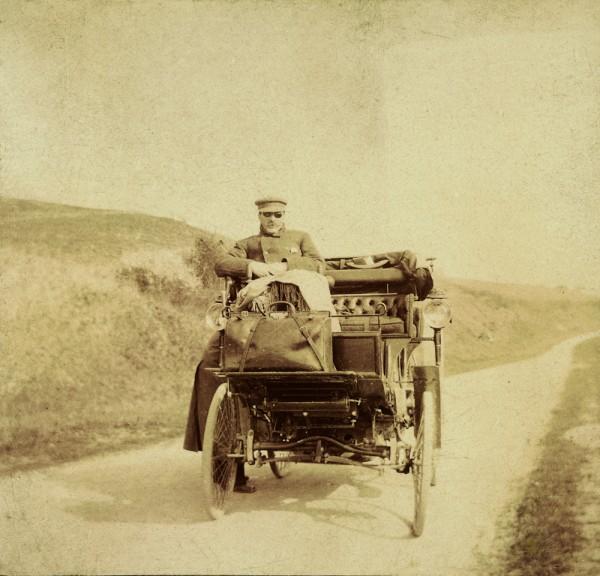 Moïse de Camondo dans sa première voiture Peugeot équipée d'un moteur Daimler, fabriqué chez Panhard Levassor, 1895.