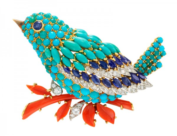 Clip Oiseau bleu, 1963. Platine, or jaune, saphirs, turquoises, corail, diamants. Collection Van Cleef & Arpels.