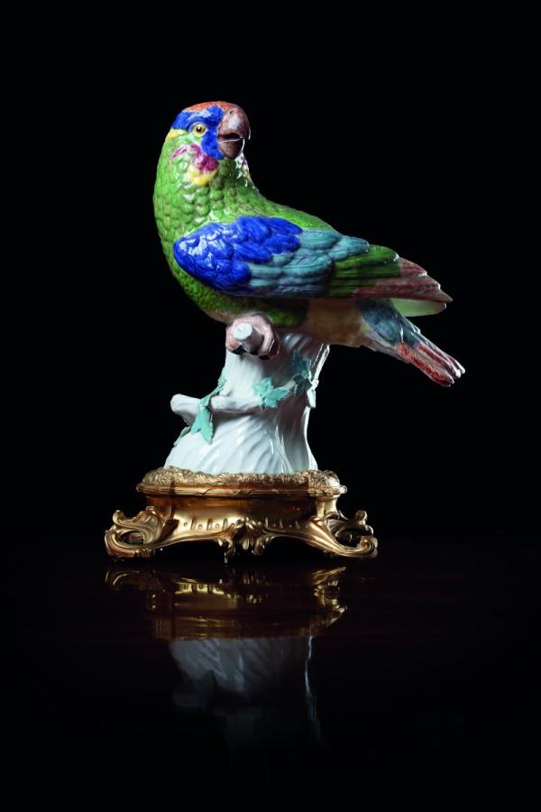 Perroquet monté Porcelaine dure de Meissen à décor polychrome monté en bronze ciselé et doré Manufacture de Meissen, modèle de Johann Joachim Kändler (vers 1743), vers 1745-1750 ; vers 1765 (monture) H. 37; L. 22 cm