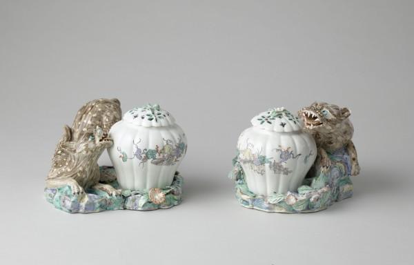Paire de pots-pourris au léopard Porcelaine tendre de Chantilly à décor Kakiemon Manufacture de Chantilly, vers 1740 Chantilly, musée Condé, OA 1088-OA 1089