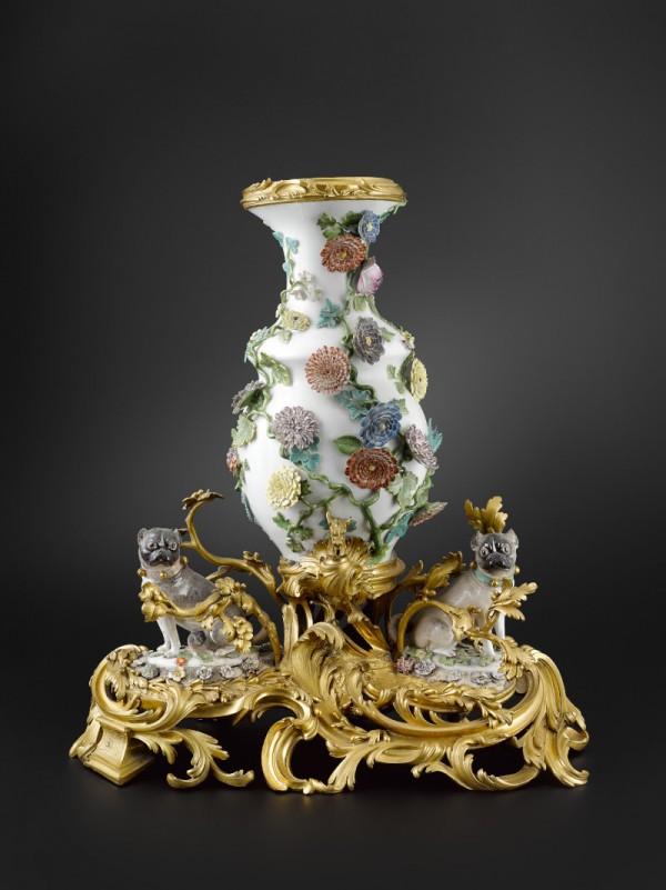 Fontaine de table Porcelaine dure de Meissen à décor polychrome montée en bronze ciselé et doré Manufacture de Meissen, vers 1740 H. 61 cm