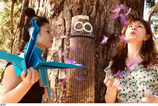 Les deux interprètes autour d'un arbre