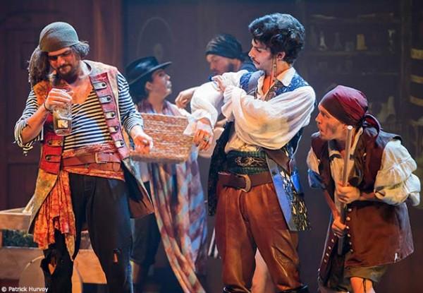 Pirates : des moussaillons boivent