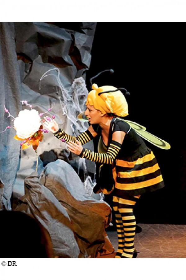 L''abeille, l''enfant et la fleur magique