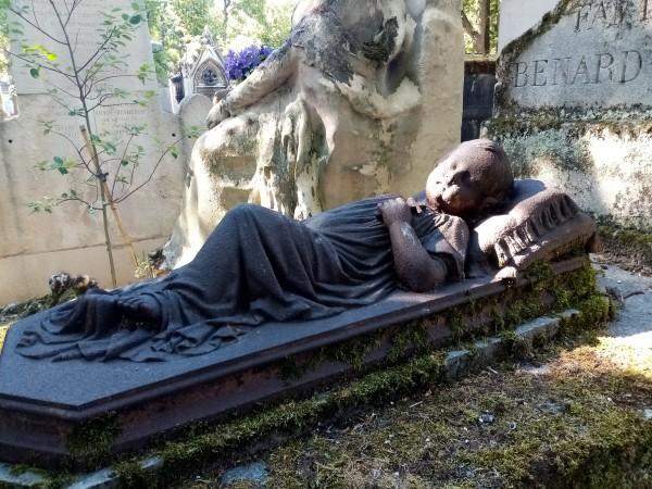 Tombe d'enfant au cimetière du Père-Lachaise Auteur et date inconnus. 4e division, derrière Alfred de Musset.