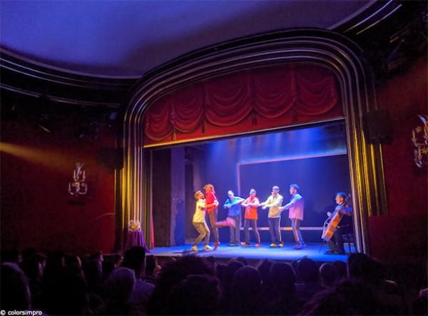 Colors : la troupe sur scène