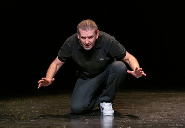 David Desclos - Ecroué de rire : accroupi