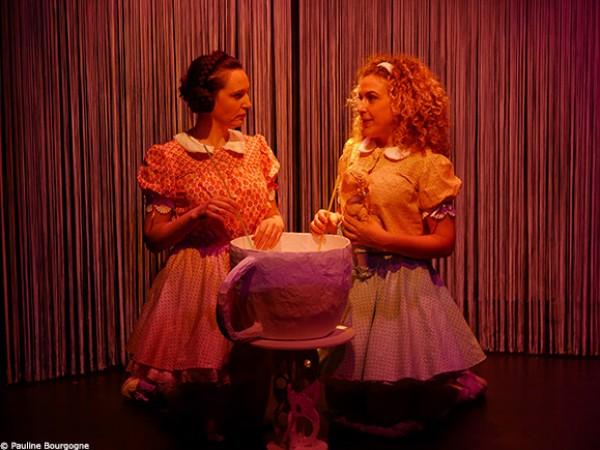 Les petites filles modèles : deux petites filles autour d''une tasse